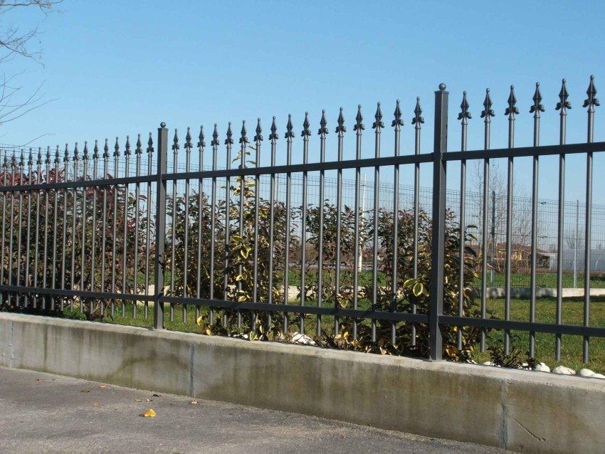 Cancello in ferro cancelli in ferro battuto recinzioni - Recinzione economica giardino ...
