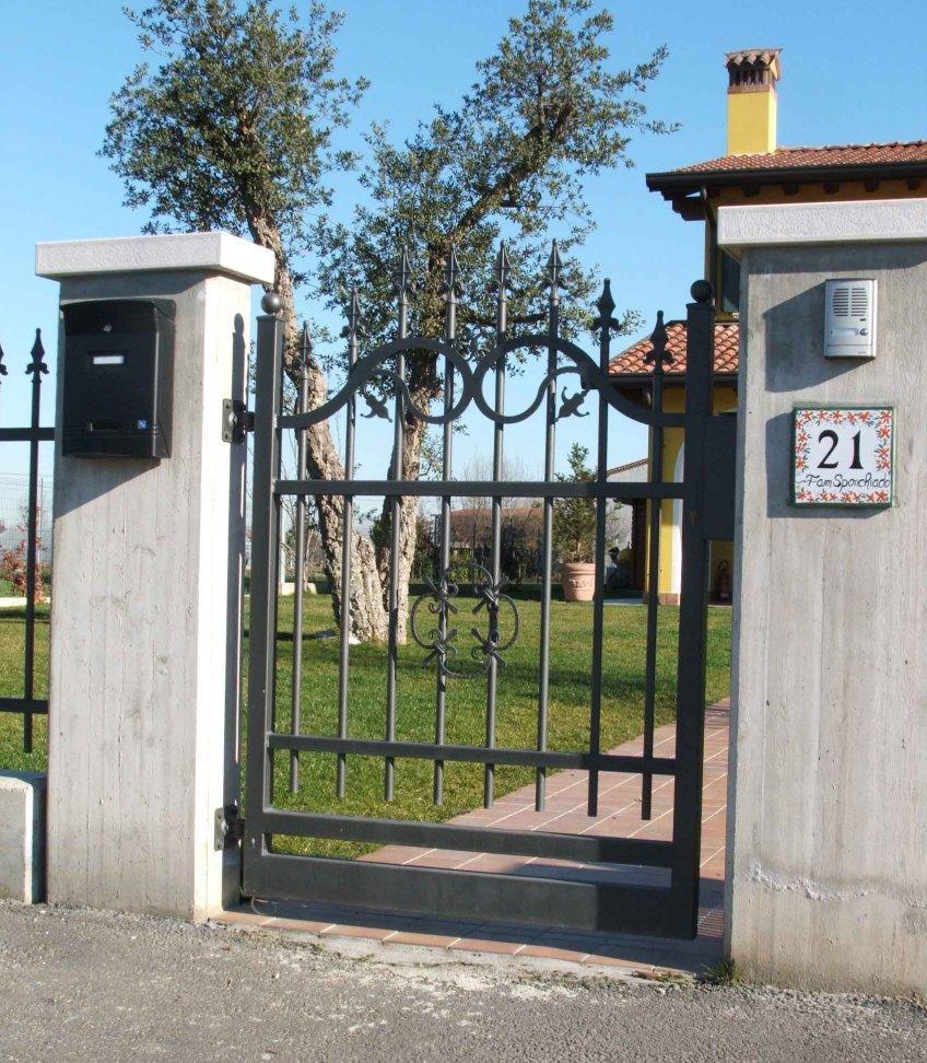 Cancello in ferro cancelli in ferro battuto recinzioni for Cancelli ferro battuto foto